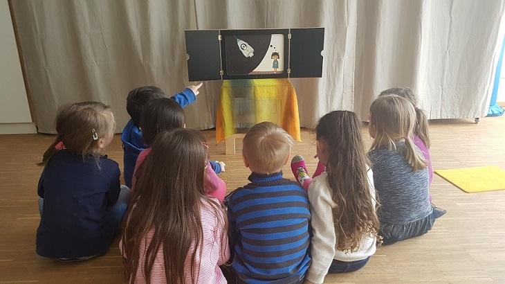 Wichtel Kinder betrachten Bilderkino