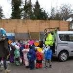 Kita-Kinder helfen