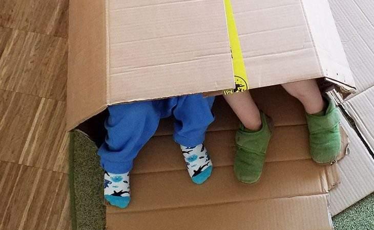Krippenkinder der Kükengruppe beschäftigen sich lange und kreativ mit Kartons