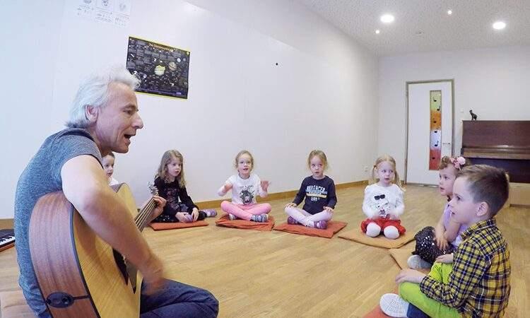 Holger Klausen musiziert in der Wichtel Akademie