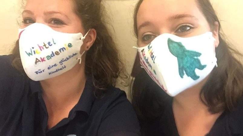 erzieherinnen mit masken