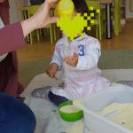Krippenkind der Wichtel Akademie München verfeinert seine Feinmotorik