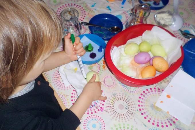 Kinderkrippe - Eier malen - Wichtel Akademie München