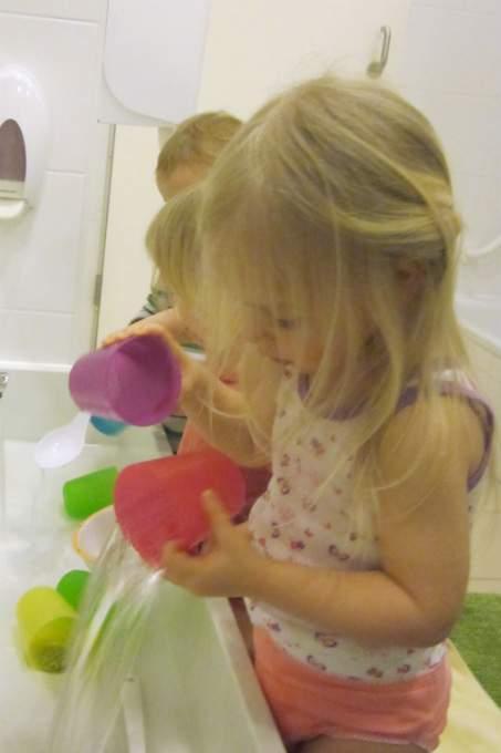 Kinderkrippe-Haralching-Wasser-schuetten - Wichtel Akademie München