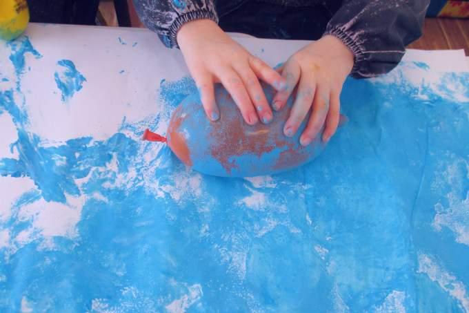 Hände - blau - Luftballon - Wichtel Akademie München