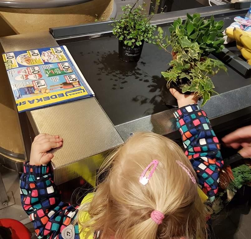 Spielen mit Wasser in der Kinderkrippe - Wichtel Akademie München