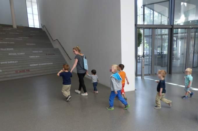 Pinakothek - Ausflug - Hände halten - Wichtel Akademie München